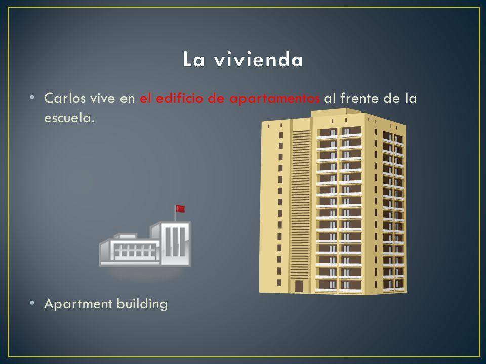 La vivienda Carlos vive en el edificio de apartamentos al frente de la escuela. Apartment building