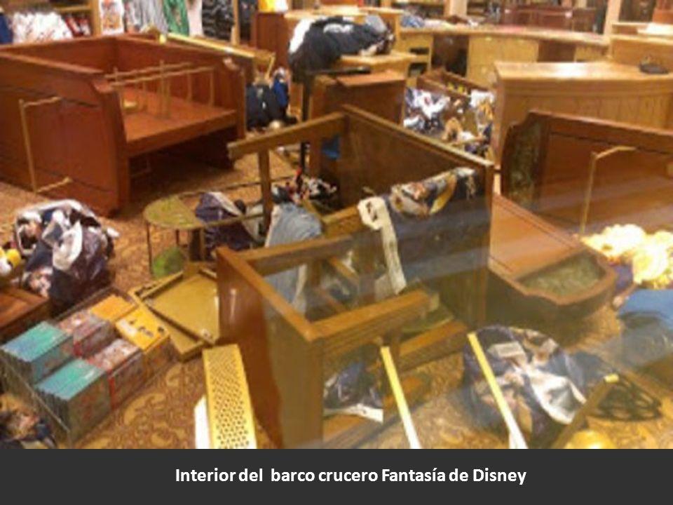 Interior del barco crucero Fantasía de Disney