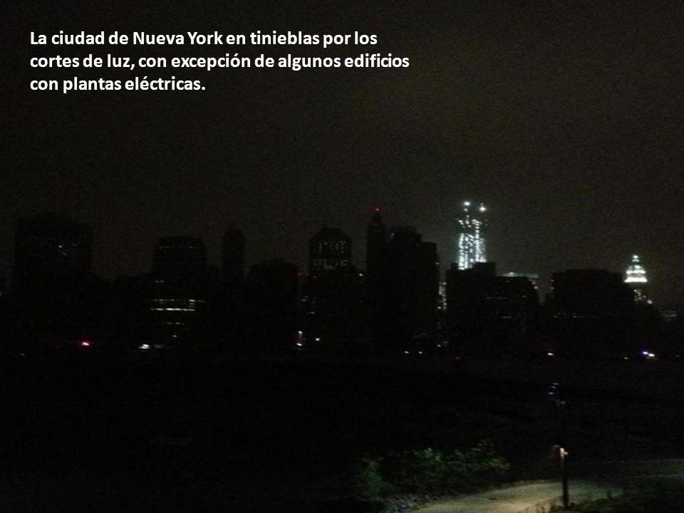 La ciudad de Nueva York en tinieblas por los cortes de luz, con excepción de algunos edificios con plantas eléctricas.