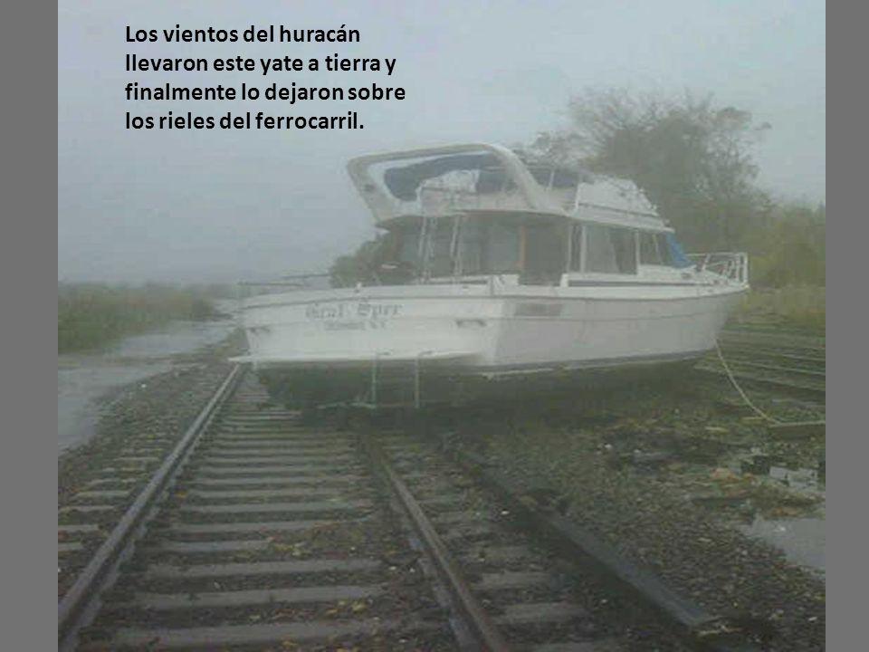 Los vientos del huracán llevaron este yate a tierra y finalmente lo dejaron sobre los rieles del ferrocarril.