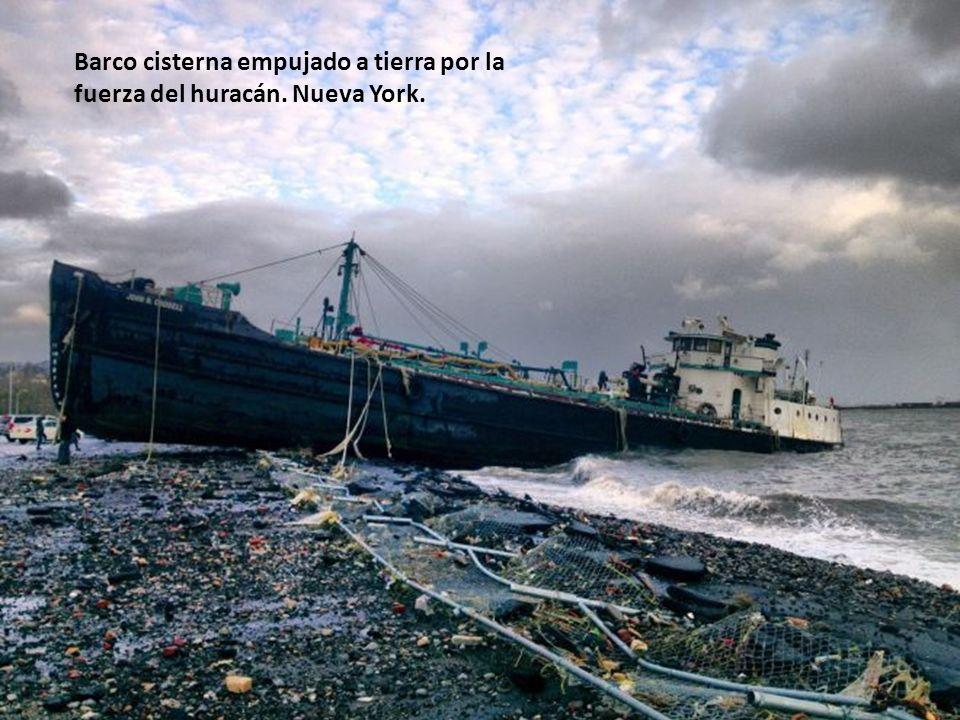 Barco cisterna empujado a tierra por la fuerza del huracán. Nueva York.