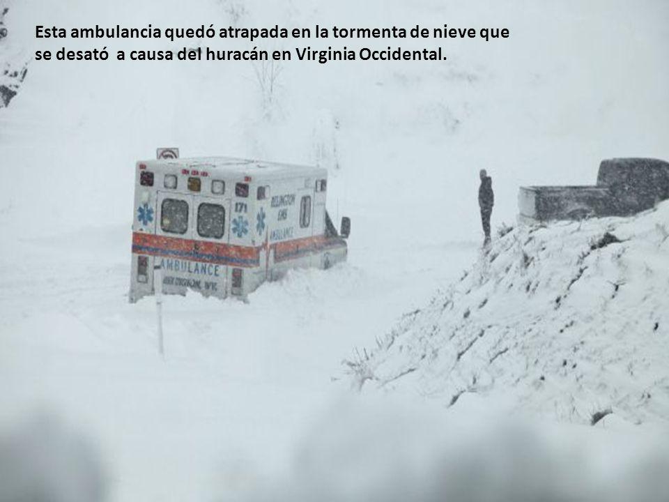 Esta ambulancia quedó atrapada en la tormenta de nieve que se desató a causa del huracán en Virginia Occidental.