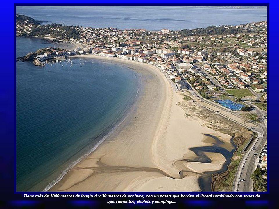 Tiene más de 1000 metros de longitud y 30 metros de anchura, con un paseo que bordea el litoral combinado con zonas de apartamentos, chalets y campings...
