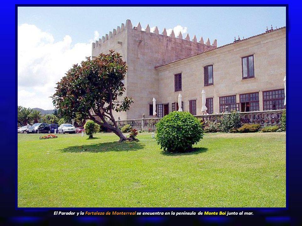 El Parador y la Fortaleza de Monterreal se encuentra en la península de Monte Boi junto al mar.