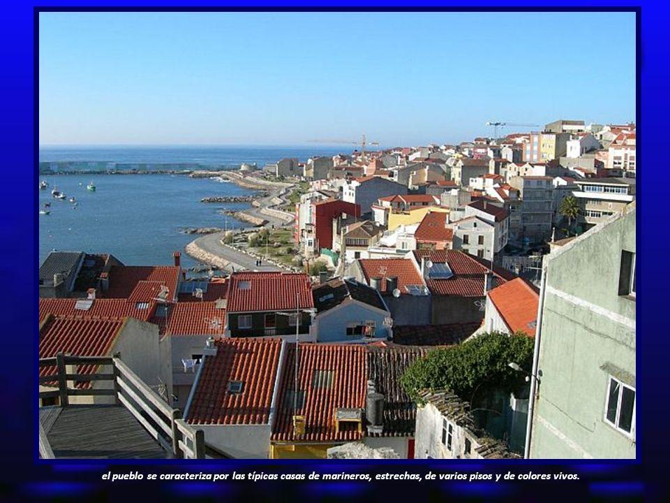 el pueblo se caracteriza por las típicas casas de marineros, estrechas, de varios pisos y de colores vivos.