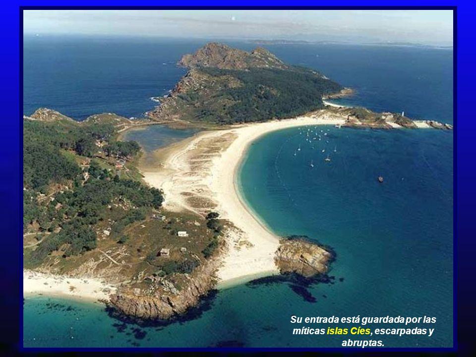 Su entrada está guardada por las míticas islas Cíes, escarpadas y abruptas.