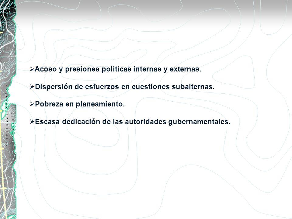 Acoso y presiones políticas internas y externas.