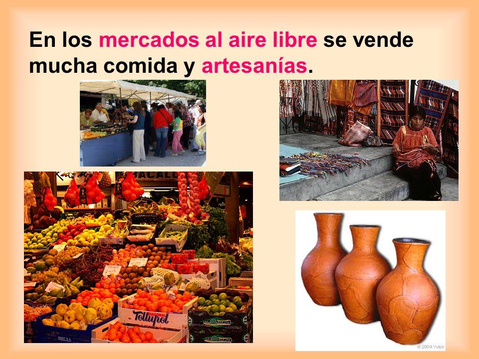 En los mercados al aire libre se vende mucha comida y artesanías.
