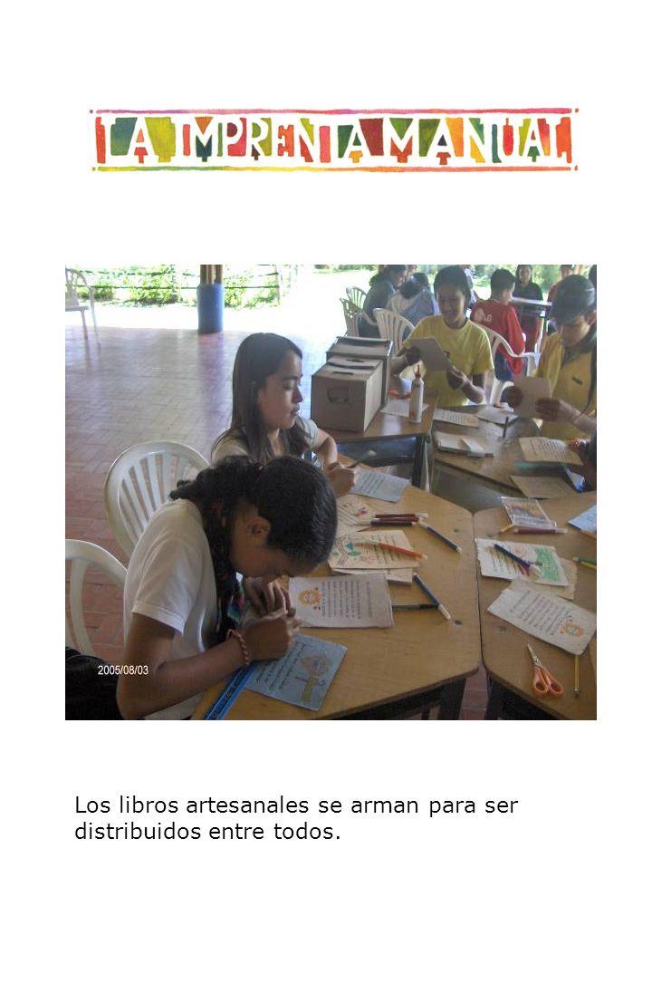 Los libros artesanales se arman para ser distribuidos entre todos.