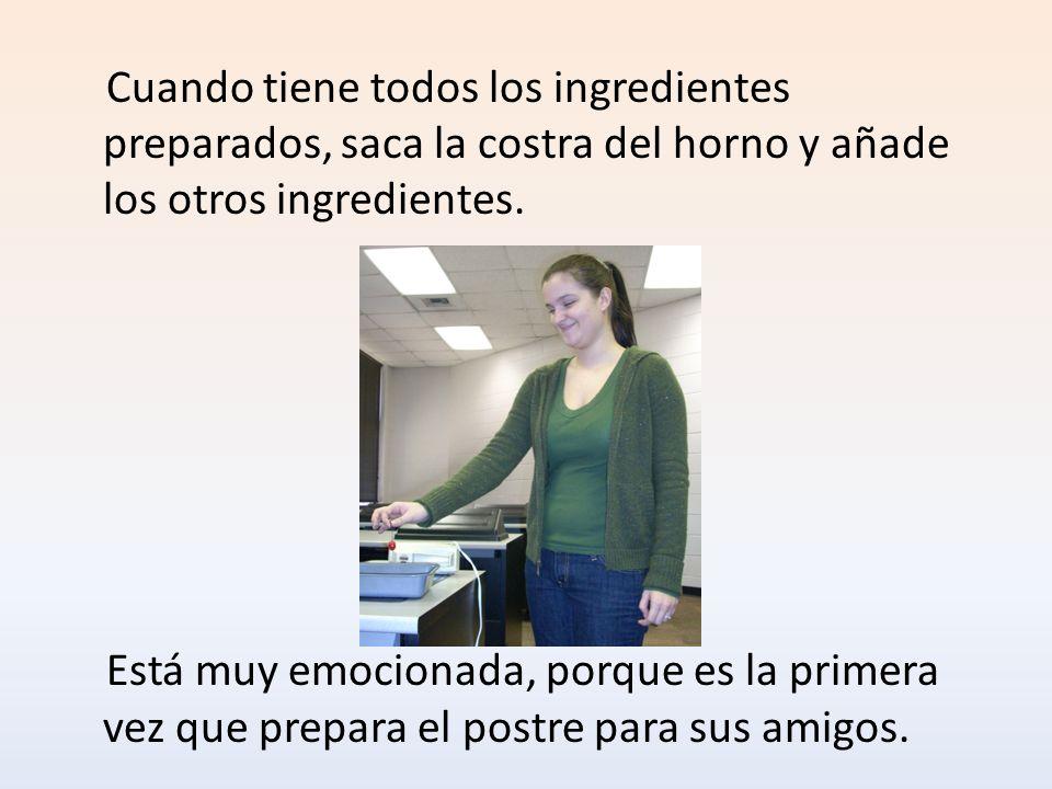 Cuando tiene todos los ingredientes preparados, saca la costra del horno y añade los otros ingredientes.