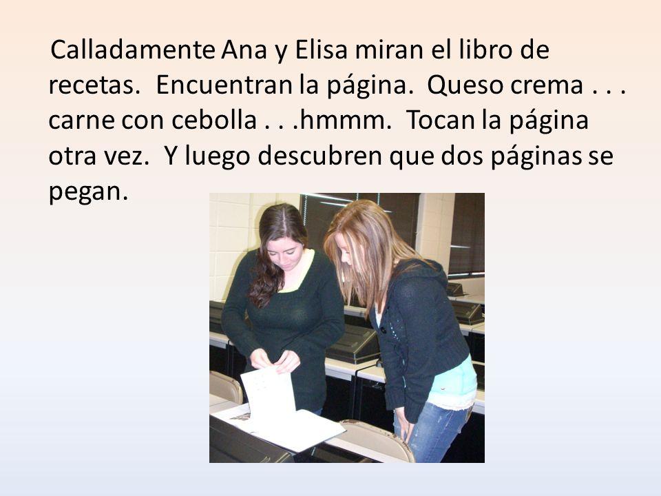 Calladamente Ana y Elisa miran el libro de recetas