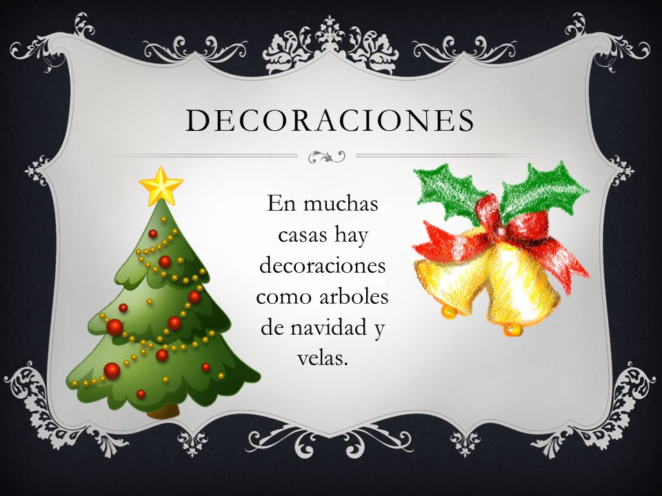 En muchas casas hay decoraciones como arboles de navidad y velas.