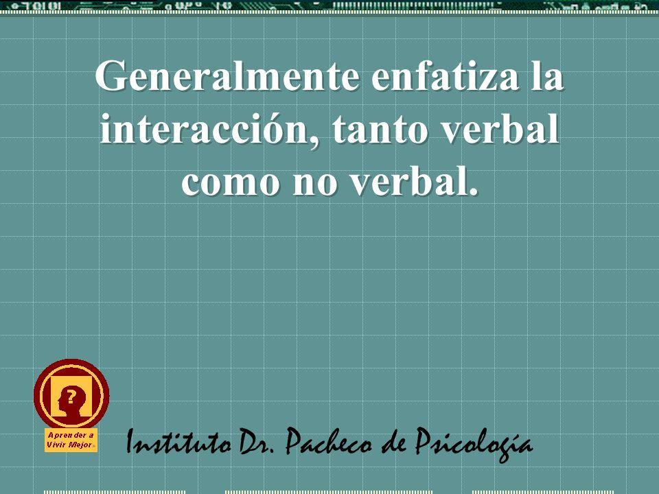 Generalmente enfatiza la interacción, tanto verbal como no verbal.