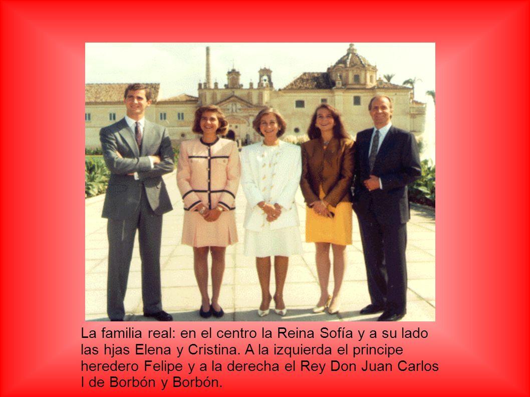 La familia real: en el centro la Reina Sofía y a su lado las hjas Elena y Cristina.