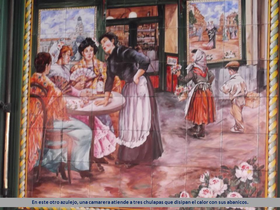 En este otro azulejo, una camarera atiende a tres chulapas que disipan el calor con sus abanicos.