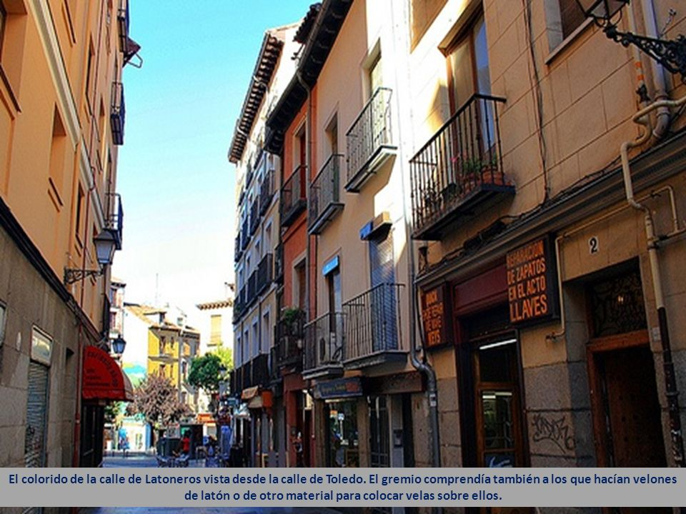El colorido de la calle de Latoneros vista desde la calle de Toledo