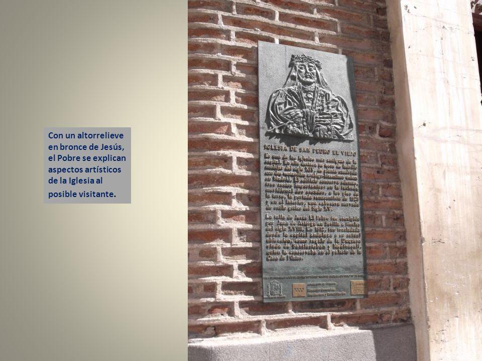 Con un altorrelieve en bronce de Jesús, el Pobre se explican aspectos artísticos de la Iglesia al posible visitante.