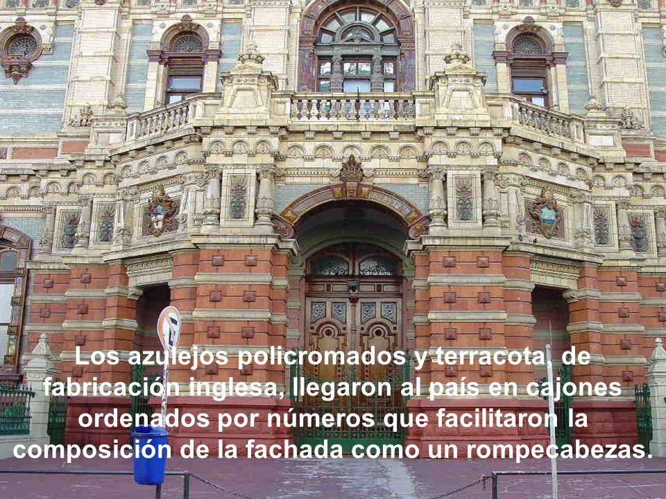 Los azulejos policromados y terracota, de fabricación inglesa, llegaron al país en cajones ordenados por números que facilitaron la composición de la fachada como un rompecabezas.
