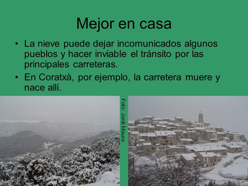 Mejor en casa La nieve puede dejar incomunicados algunos pueblos y hacer inviable el tránsito por las principales carreteras.