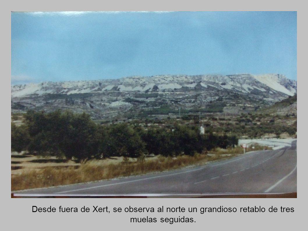 Desde fuera de Xert, se observa al norte un grandioso retablo de tres muelas seguidas.