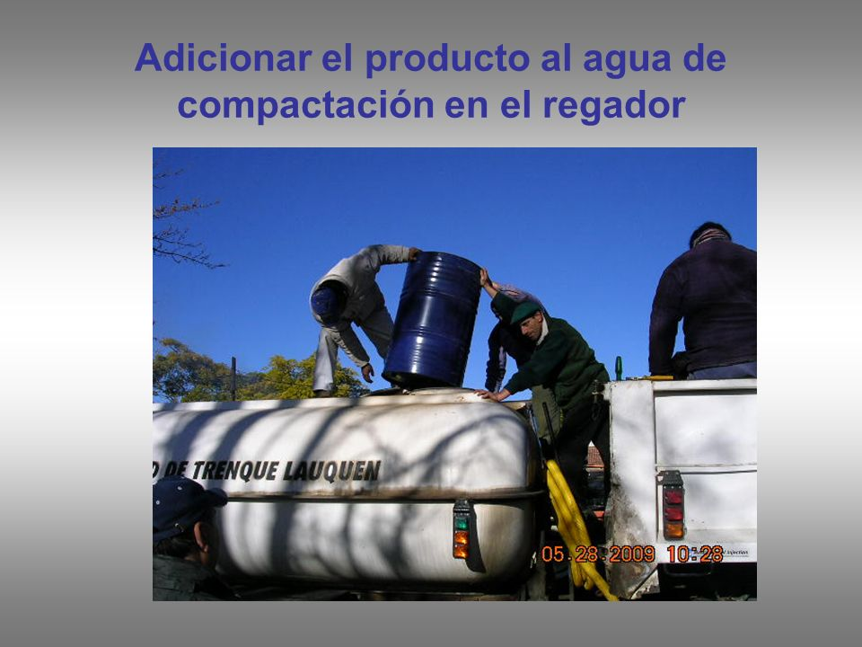 Adicionar el producto al agua de compactación en el regador