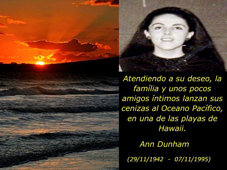 Atendiendo a su deseo, la família y unos pocos amigos íntimos lanzan sus cenizas al Oceano Pacífico, en una de las playas de Hawaii.