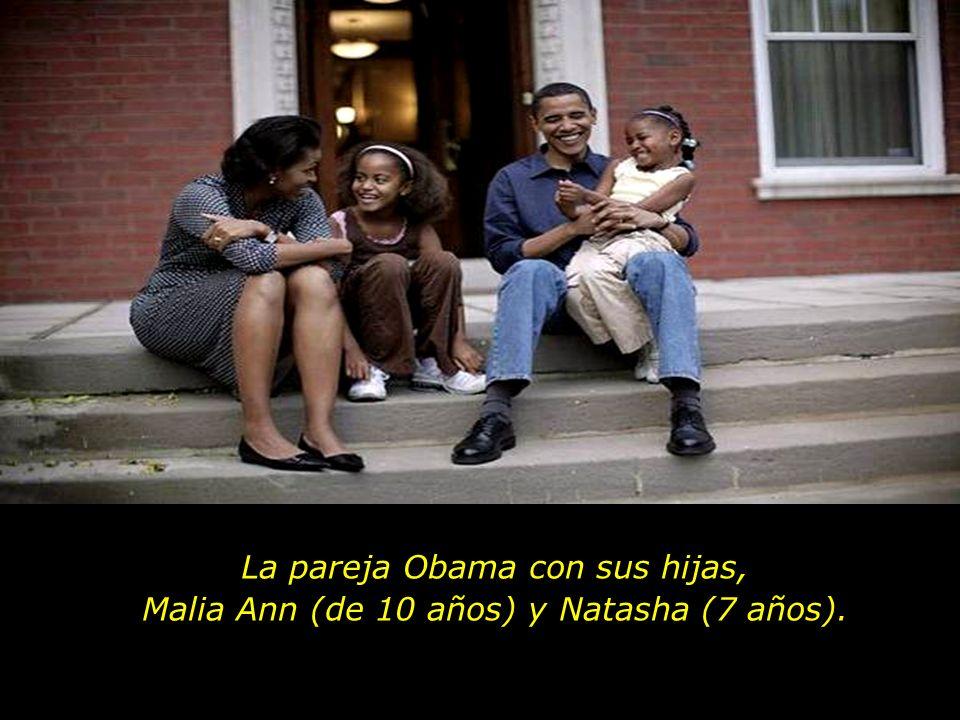 La pareja Obama con sus hijas, Malia Ann (de 10 años) y Natasha (7 años).