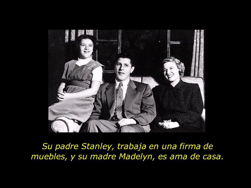 Su padre Stanley, trabaja en una firma de muebles, y su madre Madelyn, es ama de casa.