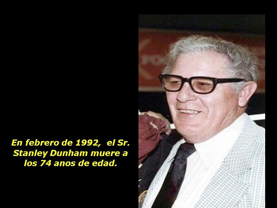 En febrero de 1992, el Sr. Stanley Dunham muere a los 74 anos de edad.