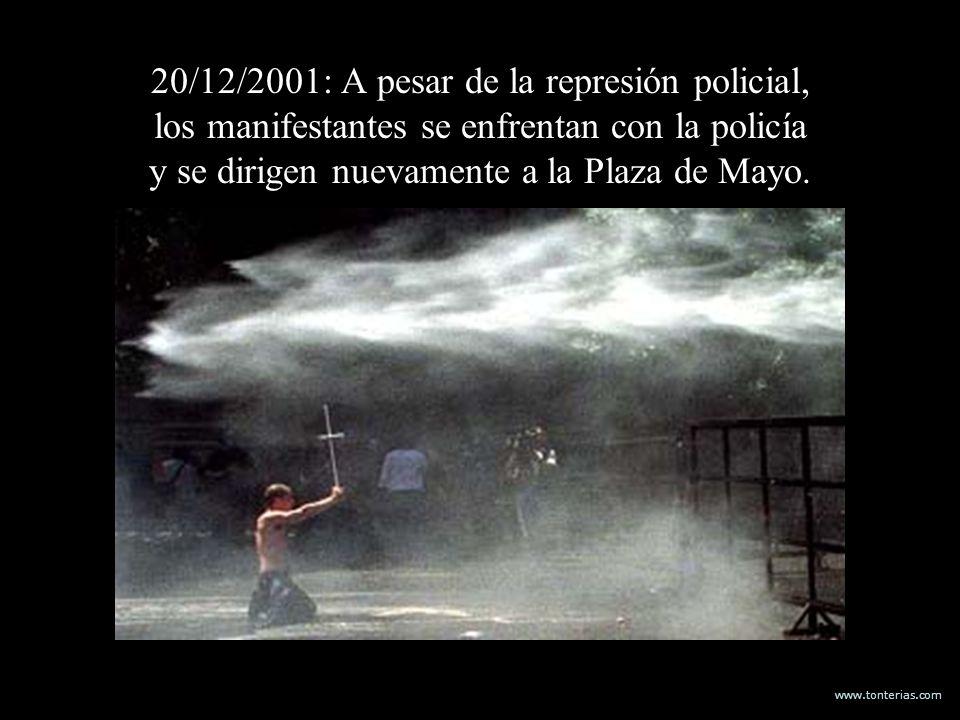 20/12/2001: A pesar de la represión policial, los manifestantes se enfrentan con la policía y se dirigen nuevamente a la Plaza de Mayo.