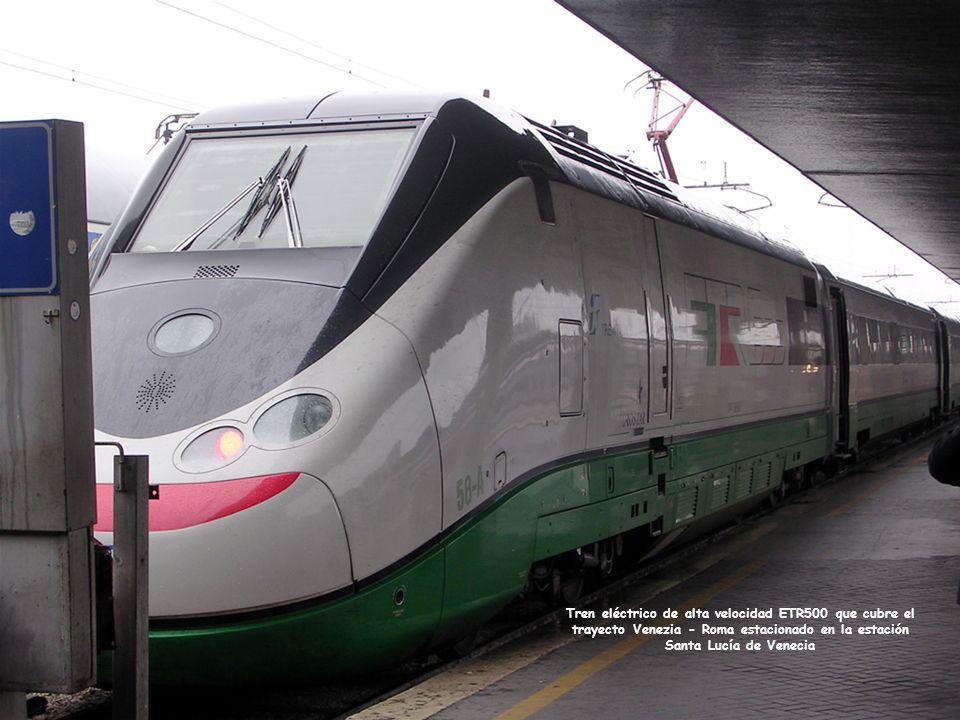 Tren eléctrico de alta velocidad ETR500 que cubre el trayecto Venezia - Roma estacionado en la estación Santa Lucía de Venecia