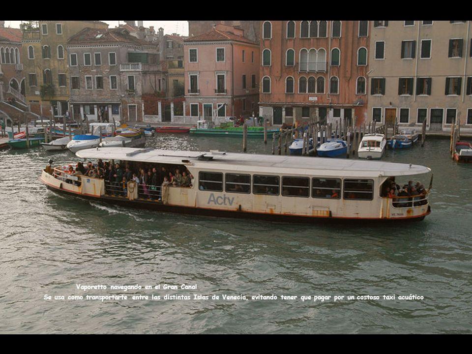 Vaporetto navegando en el Gran Canal