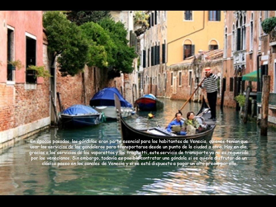 En épocas pasadas, las góndolas eran parte esencial para los habitantes de Venecia, quienes tenían que usar los servicios de los gondoleros para transportarse desde un punto de la ciudad a otro.