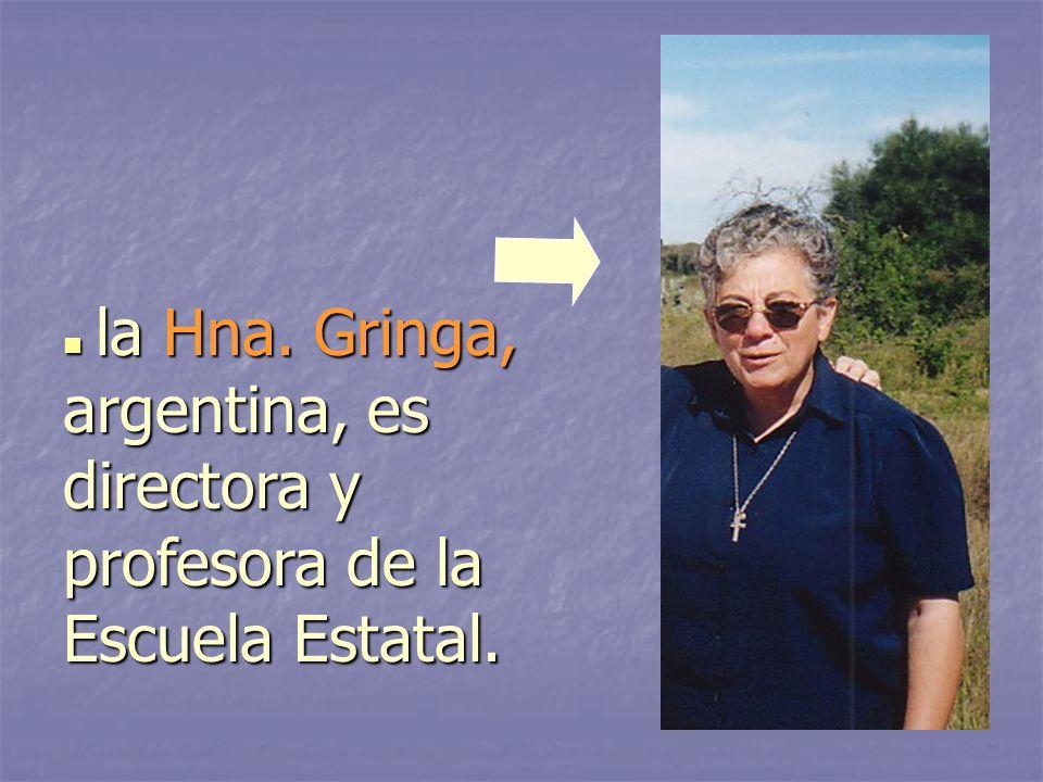 la Hna. Gringa, argentina, es directora y profesora de la Escuela Estatal.