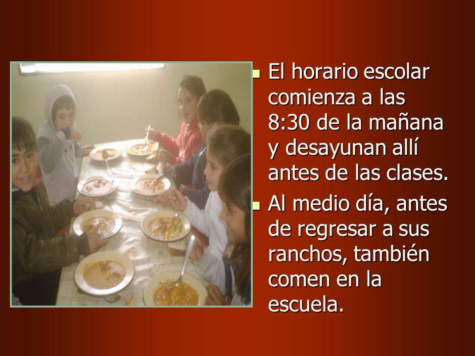 El horario escolar comienza a las 8:30 de la mañana y desayunan allí antes de las clases.
