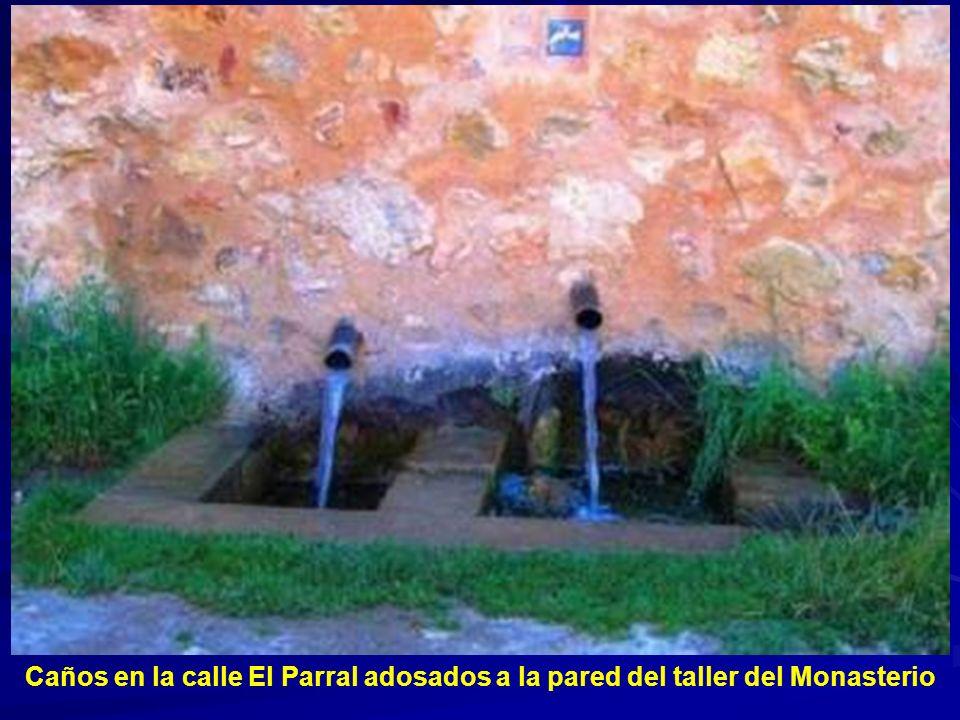 Caños en la calle El Parral adosados a la pared del taller del Monasterio