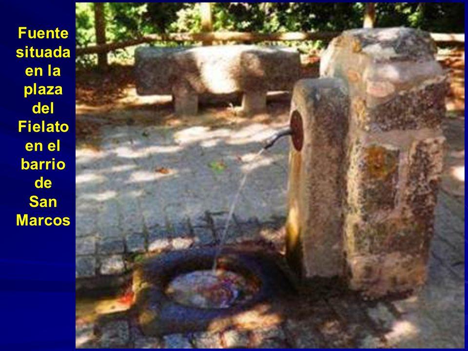 Fuente situada en la plaza del Fielato en el barrio