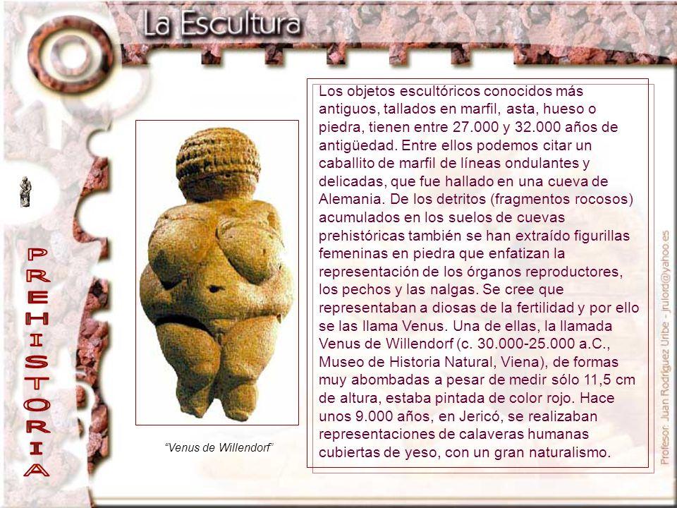 Los objetos escultóricos conocidos más antiguos, tallados en marfil, asta, hueso o piedra, tienen entre 27.000 y 32.000 años de antigüedad. Entre ellos podemos citar un caballito de marfil de líneas ondulantes y delicadas, que fue hallado en una cueva de Alemania. De los detritos (fragmentos rocosos) acumulados en los suelos de cuevas prehistóricas también se han extraído figurillas femeninas en piedra que enfatizan la representación de los órganos reproductores, los pechos y las nalgas. Se cree que representaban a diosas de la fertilidad y por ello se las llama Venus. Una de ellas, la llamada Venus de Willendorf (c. 30.000-25.000 a.C., Museo de Historia Natural, Viena), de formas muy abombadas a pesar de medir sólo 11,5 cm de altura, estaba pintada de color rojo. Hace unos 9.000 años, en Jericó, se realizaban representaciones de calaveras humanas cubiertas de yeso, con un gran naturalismo.