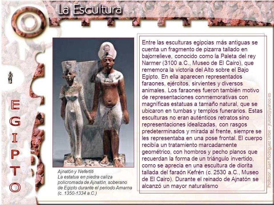 Entre las esculturas egipcias más antiguas se cuenta un fragmento de pizarra tallado en bajorrelieve, conocido como la Paleta del rey Narmer (3100 a.C., Museo de El Cairo), que rememora la victoria del Alto sobre el Bajo Egipto. En ella aparecen representados faraones, ejércitos, sirvientes y diversos animales. Los faraones fueron también motivo de representaciones conmemorativas con magníficas estatuas a tamaño natural, que se ubicaron en tumbas y templos funerarios. Estas esculturas no eran auténticos retratos sino representaciones idealizadas, con rasgos predeterminados y mirada al frente, siempre se les representaba en una pose frontal. El cuerpo recibía un tratamiento marcadamente geométrico, con hombros y pecho planos que recuerdan la forma de un triángulo invertido, como se aprecia en una escultura de diorita tallada del faraón Kefrén (c. 2530 a.C., Museo de El Cairo). Durante el reinado de Ajnatón se alcanzó un mayor naturalismo
