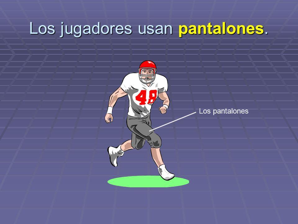 Los jugadores usan pantalones.