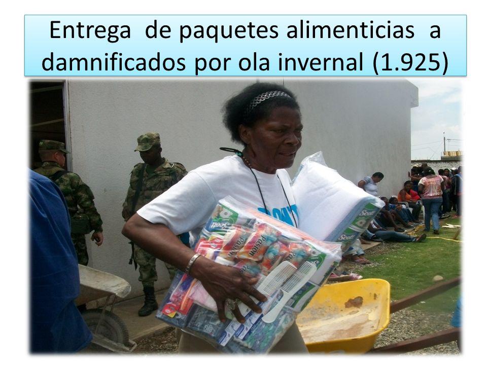 Entrega de paquetes alimenticias a damnificados por ola invernal (1