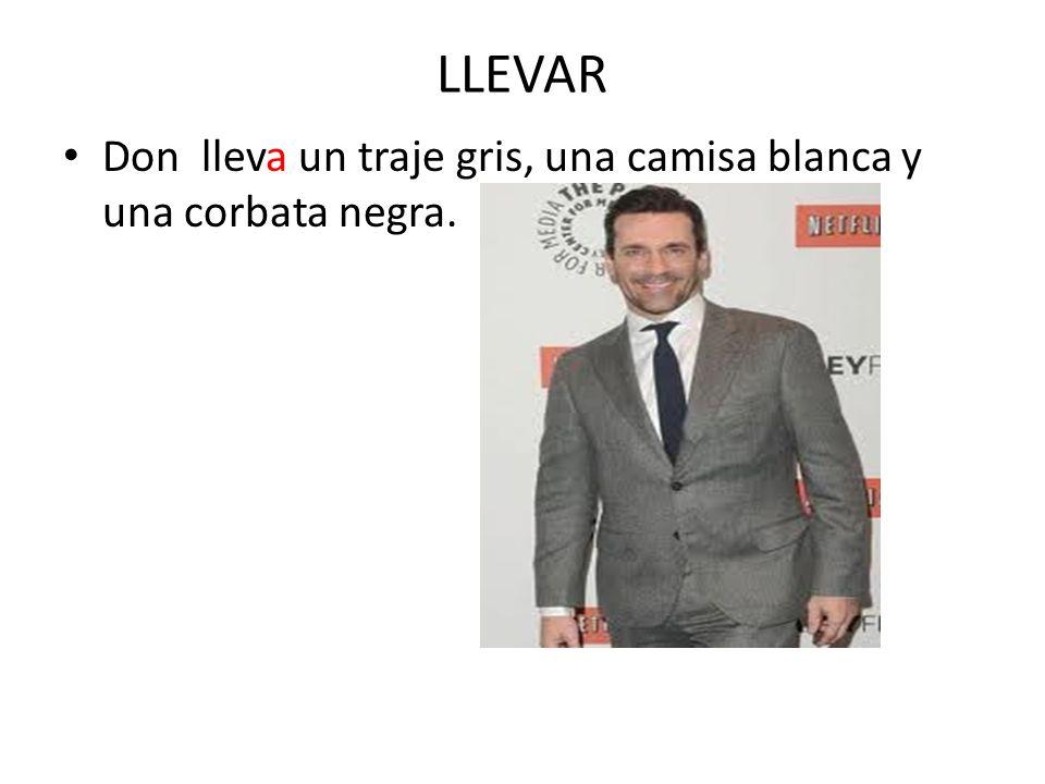 LLEVAR Don lleva un traje gris, una camisa blanca y una corbata negra.