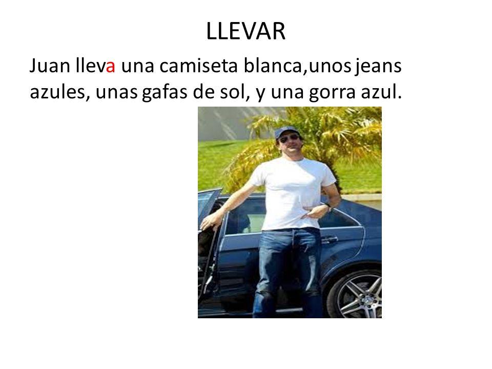 LLEVAR Juan lleva una camiseta blanca,unos jeans azules, unas gafas de sol, y una gorra azul.