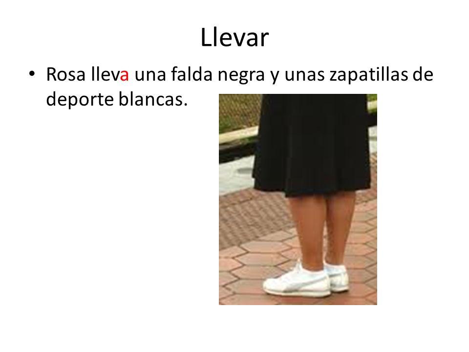 Llevar Rosa lleva una falda negra y unas zapatillas de deporte blancas.
