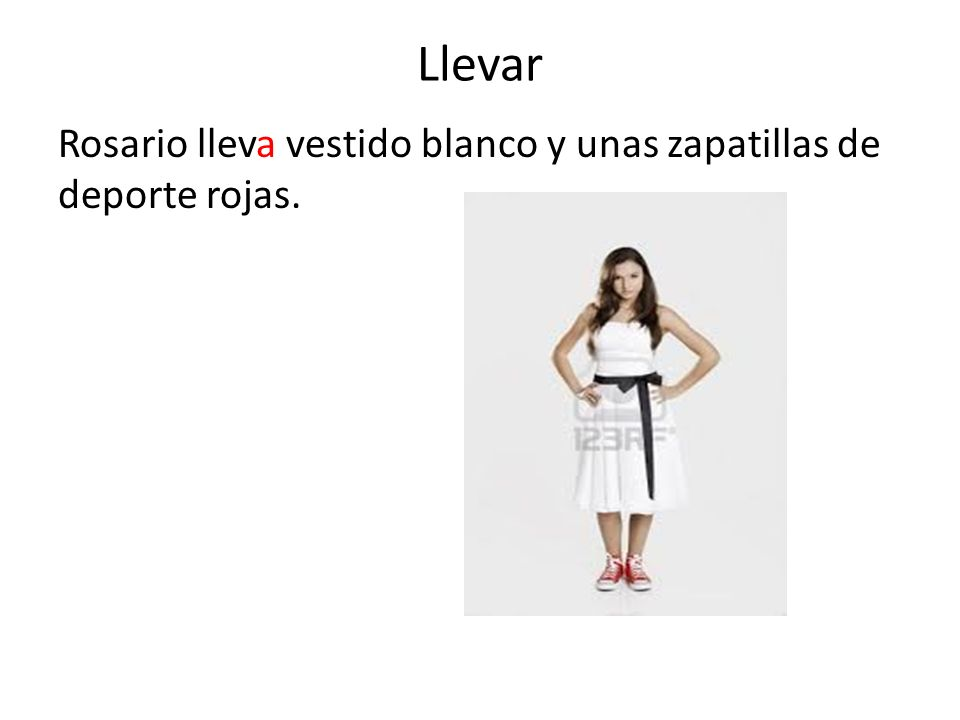 Llevar Rosario lleva vestido blanco y unas zapatillas de deporte rojas.