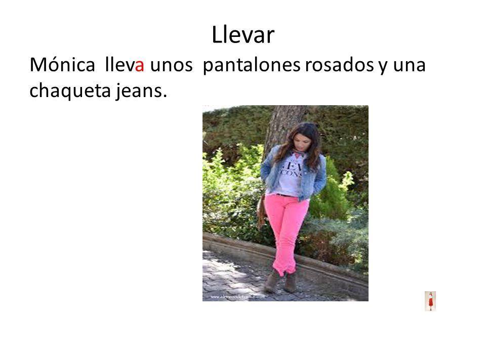 Llevar Mónica lleva unos pantalones rosados y una chaqueta jeans.