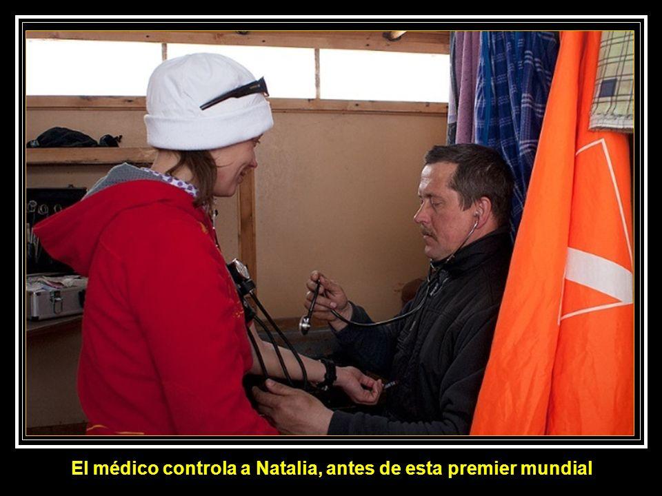 El médico controla a Natalia, antes de esta premier mundial