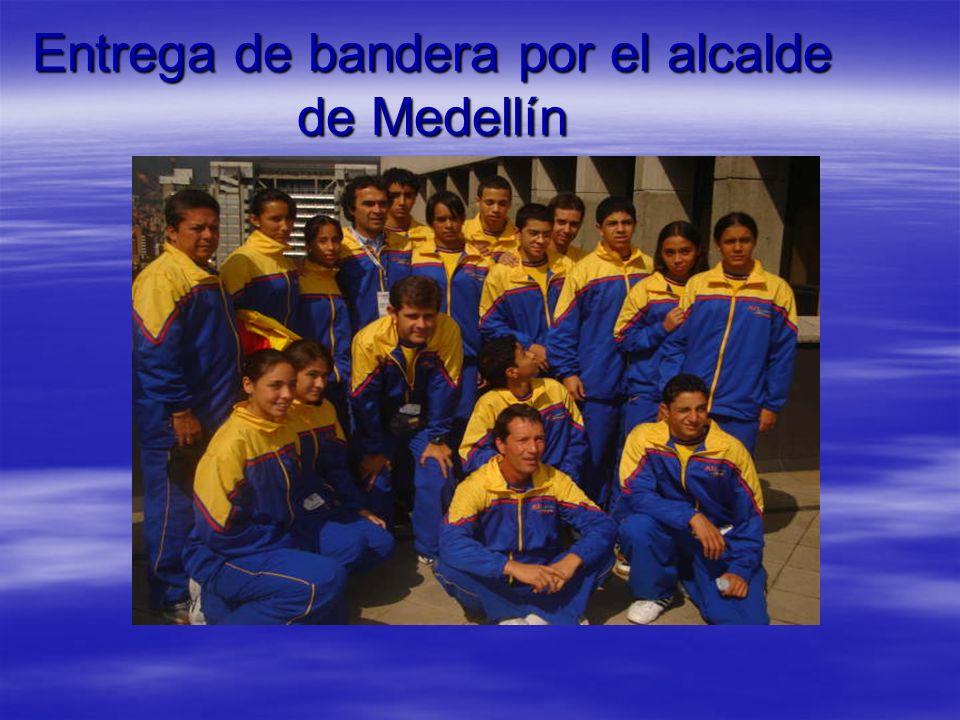 Entrega de bandera por el alcalde de Medellín