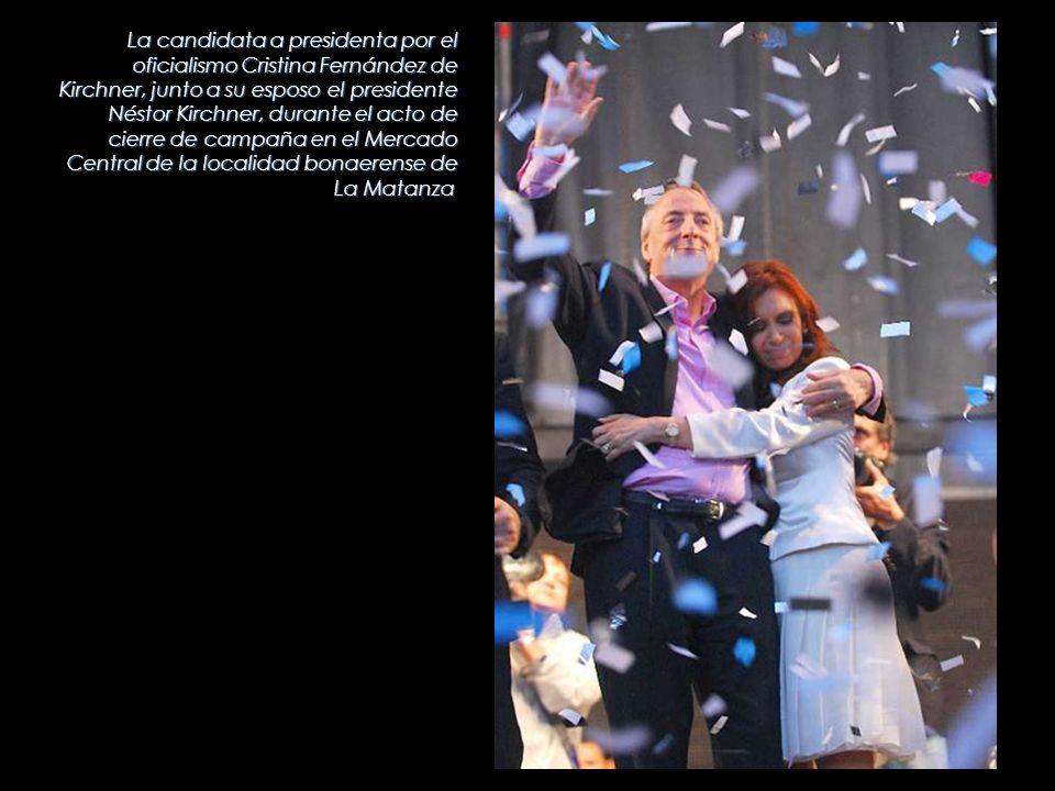 La candidata a presidenta por el oficialismo Cristina Fernández de Kirchner, junto a su esposo el presidente Néstor Kirchner, durante el acto de cierre de campaña en el Mercado Central de la localidad bonaerense de La Matanza
