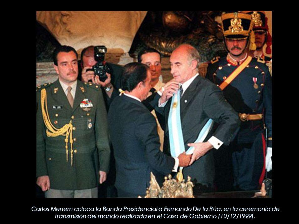 Carlos Menem coloca la Banda Presidencial a Fernando De la Rúa, en la ceremonia de transmisión del mando realizada en el Casa de Gobierno (10/12/1999).
